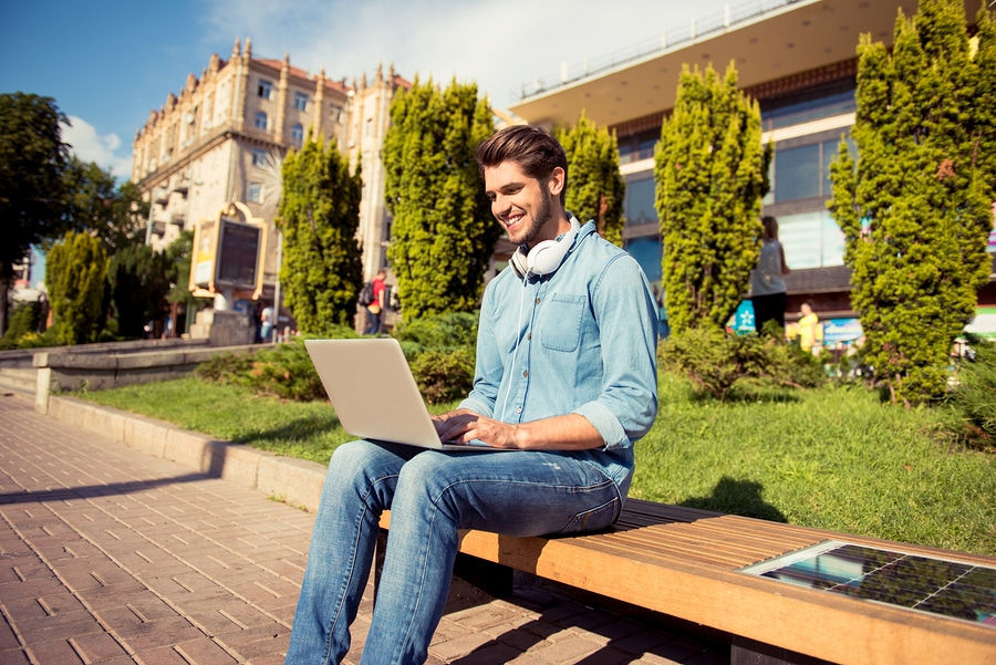 Laptop im freien laden mit der Kraft der Sonne