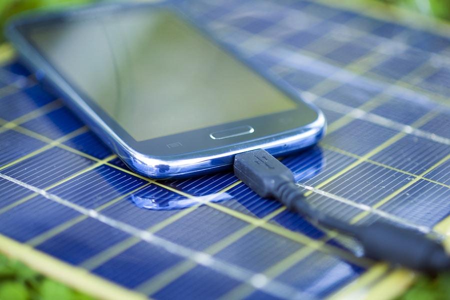 Smartphone auf Solarpanel liegend und aufladend